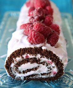 Sjokoladerullekake med bringebærkrem med creme fraiche.