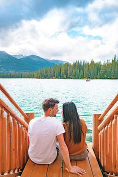 Planning a US babymoon and you need some inspiration? Discover the best US Babymoon ideas on a budget and get ready for the perfect trip! Romantic Destinations, Romantic Travel, Travel Destinations, Sunriver Resort, Couples Spa, Visiting Niagara Falls, Lake George, Free Things To Do, Travel Couple