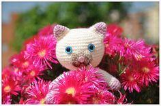 Gato hecho a mano con ganchillo y landa. Handmade amigurumi. . . . . . . . #igersjp #handmade#handmadetoy #cat#flowers#crochet #instacrochet #hechoamano #nikon#flowers#あみぐるみ  #amiami#amigurumi#gato#ネコ #kawaii#ganchillo#手作リ #tokyocameraclub #nikonphotography by fujicris