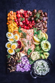 food board with salmon Salmon Platter, Salmon Dishes, Salmon Recipes, Seafood Recipes, Appetizer Recipes, Party Recipes, Party Salads, Rainbow Salad, Salmon Salad