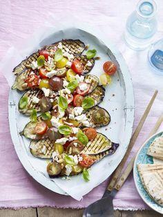 gegrilde aubergine met tomaat en feta Veggie Recipes, Salad Recipes, Vegetarian Recipes, Healthy Recipes, Side Dishes For Bbq, Feta, Eggplant Recipes, Kitchen Recipes, Healthy Cooking