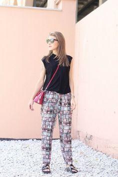 "Marina de ""Mon Brilier"" comienza la semana con pantalones estampados de libro de @ÚNICA por Anna Lozabai Parachute Pants, Harem Pants, Fabrics, Style, Fashion, Patterned Jeans, Tejidos, Book, Swag"