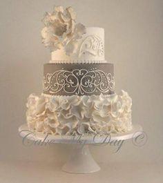 Cake torta blanco con gris flores amarillas y muñecos doctora fotografo