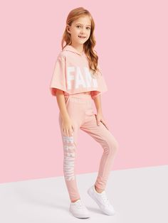 Blouse with a hood and with letters, letters and trousers for girls Discover the most beautiful dres Teenage Girl Outfits, Girls Fashion Clothes, Kids Outfits Girls, Cute Girl Outfits, Tween Fashion, Cute Outfits For Kids, Teen Fashion Outfits, Cute Summer Outfits, Cute Casual Outfits