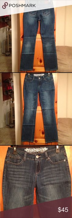 """NWOT EXPRESS DISTRESSED JEANS Women's 2 L31 New without tags! Distressed straight leg jeans by EXPRESS! Size women's Waist: 15"""" across lying flat. Rise: 8"""". Inseam: 31"""". Material: 79% cotton, 19% polyester, 2% spandex. Express Jeans Straight Leg"""