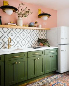35 Gorgeous Retro Kitchen Decor Ideas - A retro kitchen is one of the most popular decorating ideas when it comes to kitchens these days. It implements the use of newer and vintage items. Retro Kitchen Decor, Kitchen Colors, Kitchen Interior, Modern Retro Kitchen, Art Deco Kitchen, Retro Pink Kitchens, Kitchen Ideas, Green Kitchen Decor, Industrial Kitchen Design