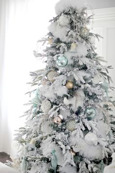 37 stunning white Christmas tree designs for Colorful Christmas tree; Beautiful decorations for Christmas trees; Informations About 37 Awesome. Flocked Christmas Trees Decorated, White Christmas Tree Decorations, White Christmas Trees, Christmas Tree Design, Beautiful Christmas Trees, Noel Christmas, Rustic Christmas, Christmas Crafts, Xmas Trees