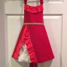ELENA OF AVALOR INSPIRED APRON This adorable Disney inspired Elena of Avalor apron will definitely draw out a little girls imagination. Whether shes pretending to be a princess or trying to be mothers little helper, shes sure to have hours of fun dressing up. Easy on/off with elastic neck strap and back ribbon ties. All fabrics are prewashed before the item is made to reduce shrinking. Care: Machine washable and line dry SIZING: There are three size options. Small 4/5 is sized for...