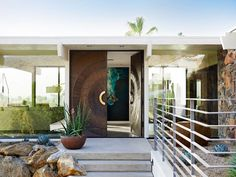 Mid-century architecture: Let's get inspired by the best mid-century modern architecture examples in Palm Springs, California! Modern Entrance, House Entrance, Arch Interior, Home Interior, Luxury Interior, Palm Springs Häuser, Modern Exterior, Exterior Design, Door Design