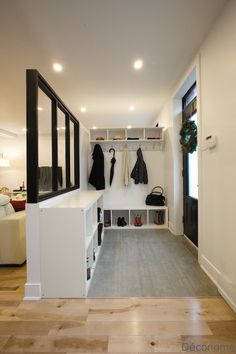 Make an entryway with a glass roof and shelves from IKEA - Economical - DIY entry hall with glass industrial wall and shelves Informations About Fabriquer une entrée avec - Ikea Regal, Interior Design Minimalist, Ikea Shelves, Glass Shelves, Glass Roof, Entry Hall, Home Reno, Entryway Decor, Entryway Shoe Storage