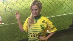 Los hinchas de Defensa deliraron con la presencia de Alejandra Maglietti en las tribunas - Infobae.com