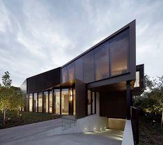 Casa com arquitetura Moderna é uma residência magnifica de uma jovem família de quatro (mais um labrador) em Toorak, considerado o melhor bairro em Melbourne na Austrália. A Inarc Arquitetos foi re...