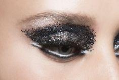 Eyeliner Styles - Eyeliner Tips Eyeliner Types, Gel Eyeliner Pencil, Brown Eyeliner, Eyeliner Looks, Glitter Eyeliner, How To Apply Eyeliner, Blue Dress Makeup, White Makeup, Peach Eyeshadow
