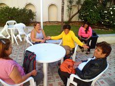 Josileia (de amarelo) e outras mães se divertem enquanto os filhos fazem prova