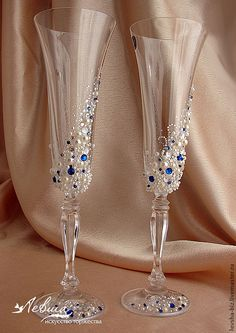 41 ideas party wine glasses champagne flutes for 2019 Wedding Wine Glasses, Wedding Champagne Flutes, Champagne Glasses, Champaign Flutes, Decorated Wine Glasses, Painted Wine Glasses, Wine Glass Crafts, Bottle Crafts, Diy Décoration