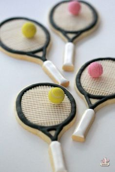 Tennis Racket Decorated Cookies - Love the little balls! Summer Cookies, Fancy Cookies, Iced Cookies, Cute Cookies, Cupcake Cookies, Cookies Et Biscuits, Golf Cookies, Basketball Cookies, Frosted Cookies