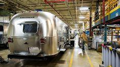 Uma visita para ver os brilhantes novos trailers Airstream rolarem em direção à estrada aberta é possível. Os tours pela fábrica em Jackson Center, Ohio, são livres.