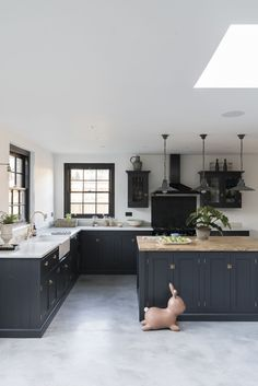 Stunning Modern Kitchen Cabinet is The Best Way to Combine Your Luxury Home With Large Kitchen Furniture - Page 10 of 18 Home, Kitchen Remodel, Classic Kitchens, Modern Kitchen, Country Kitchen, Kitchen Furniture, Large Kitchen Furniture, Classic Kitchen Design, Central Kitchen
