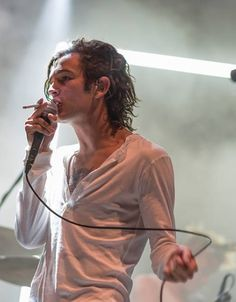 matty healy - reminds me SO much of Michael Hutchence :(