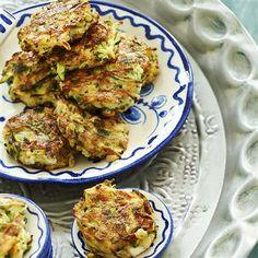 Courgettekoekjes: feta, verkruimeld (200gram) - courgette (1) - peterselie, (platte) fijngehakt (1eetlepel) - verse munt, fijngehakt (1eetlepel) - versgemalen zwarte peper - zelfrijzend bakmeel (2eetlepel(s)) - eieren (2) - olijfolie (1eetlepel) - ui (gesnipperd) (1)