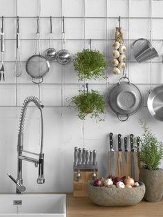 Stalen rek met keukenmaterialen voor een bakstenen muur voor een industriële look