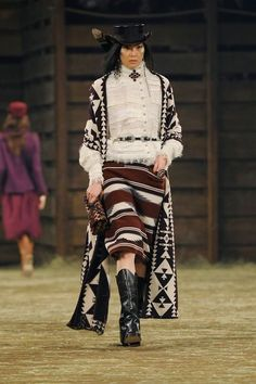 Défilé Chanel Métiers d'Art Paris-Dallas 2013-2014 Sung He - EN IMAGES. Caroline de Maigret clôt le défilé Chanel à Dallas en Indienne - L'EXPRESS