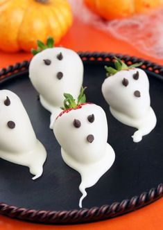 Hosting a Halloween Party? Have you thought about Halloween treats or Party foods? Look here for ghoulish Halloween Party food ideas which you'll love. Halloween Party Snacks, Hallowen Food, Postres Halloween, Recetas Halloween, Soirée Halloween, Healthy Halloween Snacks, Halloween Goodies, Snacks Für Party, Halloween Chocolate