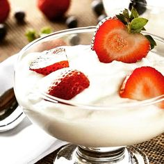 Dica DANK de verão de hoje: Iogurte grego  O iogurte grego já virou tendência no Brasil, mais cremoso e saboroso do que o iogurte tradicional, além de ter muitas vitaminas. Mas cuidado, o iogurte grego tem umas calorias a mais, então não exagere.
