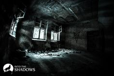 """Opuszczony szpital psychiatryczny 'Zofiówka': Pełna nazwa to """"Zakład dla Nerwowo i Psychicznie Chorych Żydów"""". Szpital i sanatorium zostały zbudowane w 1907 roku. Zamordowano tu około 110-140 osób. Przebywała tu min. matka Juliana Tuwima po nieudanej próbie samobójczej. W tej sali widać narysowany pentagram oraz całą ścianę zapisaną dziwnymi znaczkami."""
