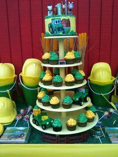 Cupcakes at a John Deere Farm Party  #johndeere #farmparty