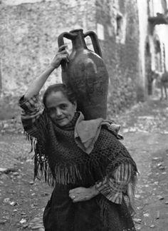 Walter Hege Ελλάδα, περίοδος Μεσοπολέμου.Γυναίκα μεταφέρει νερό με τη στάμνα.