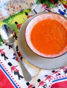 """Une recette que j'ai découvert sur le splendide blog """"C'est ma fournée"""" et que je me permets de vous faire découvrir avec les toutes dernières tomates de la saison. Je viens de craquer pour les soupes, il fait trop froid dehors. Cette soupe de tomates... Yotam Ottolenghi, Jerusalem, Blog, Cream Soups, Kitchens, Recipes, Blogging"""