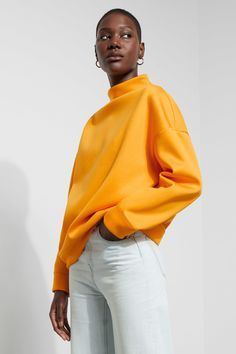 The Scene Sweatshirt hugs your body with its voluminous shape and super soft scuba material. It has a mock turtleneck , dropped shoulders and banded finish