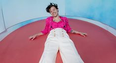 Buy Harry Styles tickets as he brings his Love On Tour to Madison Square Garden in New York City on July and 2020 with special guest Jenny Lewis. Psychedelic Rock, Simon Cowell, Tim Walker, Jeans Und Hoodie, Solo Album, American Airlines Center, Harry Styles Mode, Rock Anthems, Wells Fargo Center