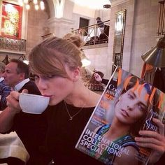 11 Pictures Of Taylor Swift Drinking Tea. Estilo Taylor Swift, Taylor Swift Pictures, Taylor Alison Swift, Miss Americana, Live Taylor, Swift 3, Music Industry, American Singers, Favorite Person