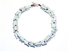 works « Emilie Losch - Colliers de vertèbres      bijoux contemporains     Cellules et ossatures     Maquettes      2009      Collier de vertèbres I : pâte polymère, L : 48 cm, poids : 88,2 g ; Collier de vertèbres II : grès noir émaillé, L : 45,5 cm, poids : 133 g ; Collier de vertèbres III : argile blanche émaillée, L : 50 cm, poids : 150.1 g ; Pour tous : fil de cuir rouge, fermoir argent