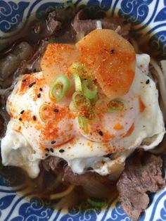Gestoofd rundvlees udon met eieren