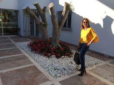 Taconazos de Zara, jeggings y camisa amarilla también de Zara.