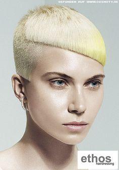 Gelblich blonder Pixie mit ausrasierten, asymetrischen Konturen / Frauen