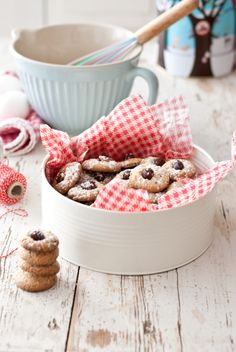 Beautifully packaged cookies in a tin. Lovely way to gift home cooked cookies.