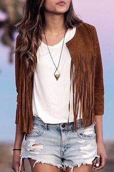 Jaqueta de franjas linda, com t-shirt e short jeans destroyed