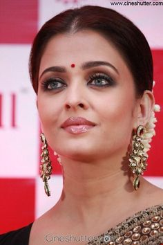 Aishwarya Rai Bachchan was in Chennai to launch LifeCell's public stem cell bank. Ash has been the goodwill ambassador of LifeCell since October last. Aishwarya Rai Pictures, Aishwarya Rai Photo, Actress Aishwarya Rai, Aishwarya Rai Bachchan, Deepika Padukone, Bollywood Actress Hot Photos, Indian Bollywood Actress, Indian Actresses, Bollywood Saree