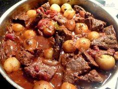 Hovädzie dusené na cibuľkách Stifado Slow Cooker Recipes, Crockpot Recipes, Pot Roast, Food Videos, Stew, Chili, Food And Drink, Menu, Healthy