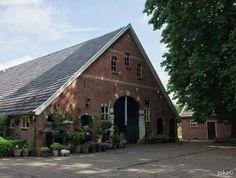 In het landelijk gebied van Enschede bevinden zich nog mooie karakteristieke boerderijen die typisch Twents zijn. Joke van Wijgerden-Mulder uit Enschede helpt ons om historische erven en boerderijen in haar omgeving in beeld te brengen. Ze was onlangs bij Erve Kwekkeboom aan de Kwekkeboomweg in Enschede. Dit is een historische Twentse boerderij uit 1912. De boerderij heeft nog veel oude originele details.