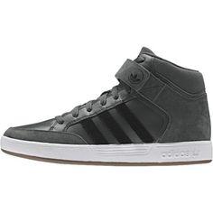 De Varial Mid schoen voor heren van adidas heeft de look van een basketbalschoen. De schoen komt tot iets over de enkels en dit geeft de schoen een stoer uiterlijk. Het bovenwerk is gemaakt van suède met een overlay van leer. Door het mesh materiaal kan de schoen goed ademen. De rubberen loopzool met visgraatprofiel in vierkantjes zorgt voor een goede grip.
