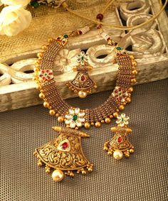 An unmatched neckpiece set with hammered gold and antique touch! An unmatched neckpiece set with hammered gold and antique touch! Gold Bangles Design, Gold Jewellery Design, Handmade Jewellery, Antique Jewellery, Hair Jewellery, Designer Jewellery, Manubhai Jewellers, Gold Jewelry Simple, Antique Necklace