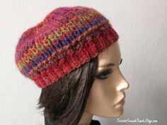 Articles similaires à Bonnet en laine multicolore  rouge bordeaux bleu vert  au tricot fait main Béret accessoire de mode hiver en laine pour  femme French ... da8af178936