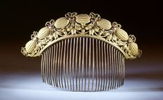 French Empire style comb, Napoléon III period. Romantic garland and bow decoration enhanced with floral elements. c. 1850 - 1870.