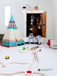 Children's room - Tipi, Brio railway - Krista Keltanen - Via Nie Tylko Dzieciaki