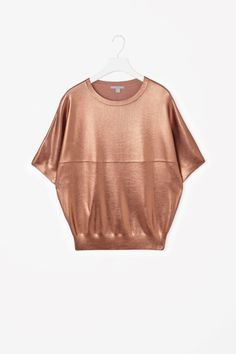 With a light-catching effect, this loose-fit top has a coated finish on its ribbed knitting. Short sleeves, with raw-cut finishes, it has a rounded neckline with ribbed edges.